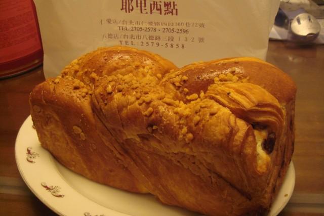 超熱賣的耶里紅豆麵包 @魚樂分享誌
